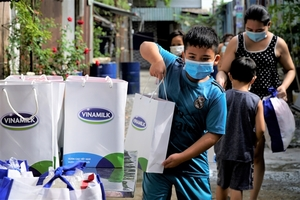 Vinamilk sends 45,000 gifts to three provinces and cities hard hit by pandemic
