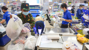 HCM City allowssupermarkets, convenience stores to reopen, but only two districtspermitin-person shopping