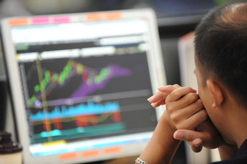 VN-Index reaches close to 900 points