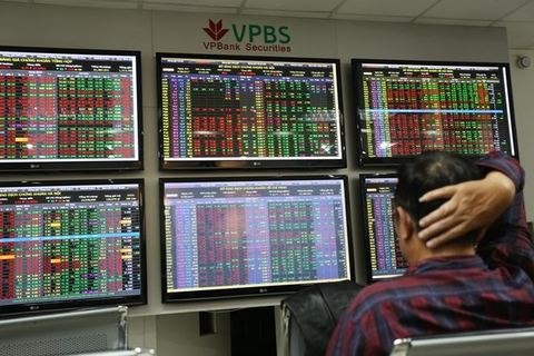 An investor at VPBank Securities Company. - Photo tinnhanhchungkhoan.vn